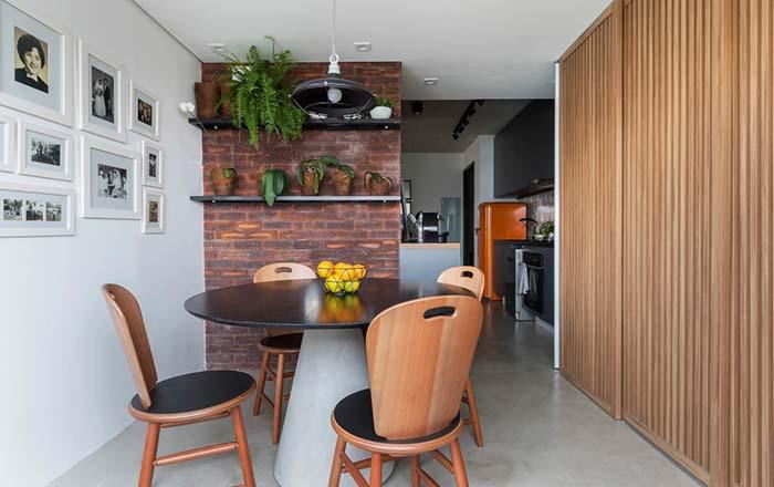 Sala de jantar pequena e com mesa redonda