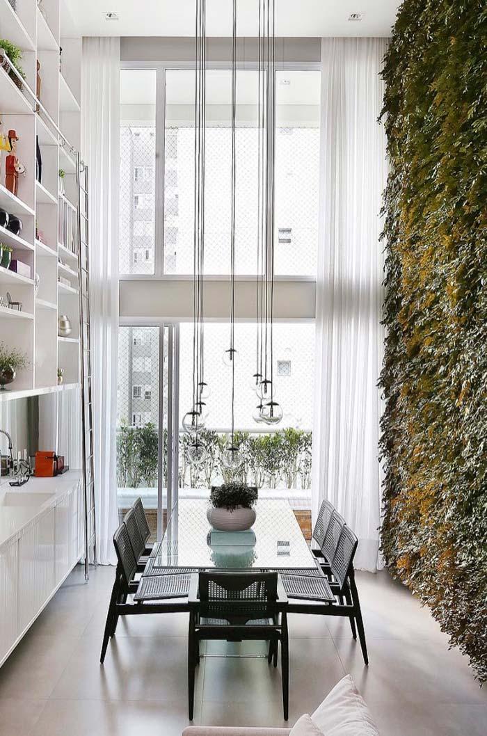 Decoração de sala de jantar com jardim vertical