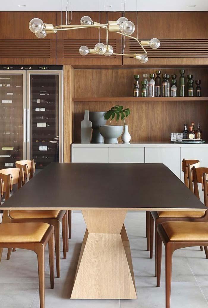 Decoração de sala de jantar com mesa larga e base marcante