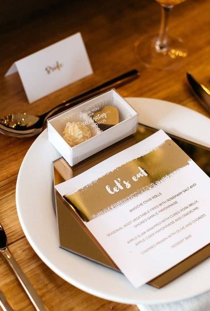 Mesa bem posta em branco e dourado