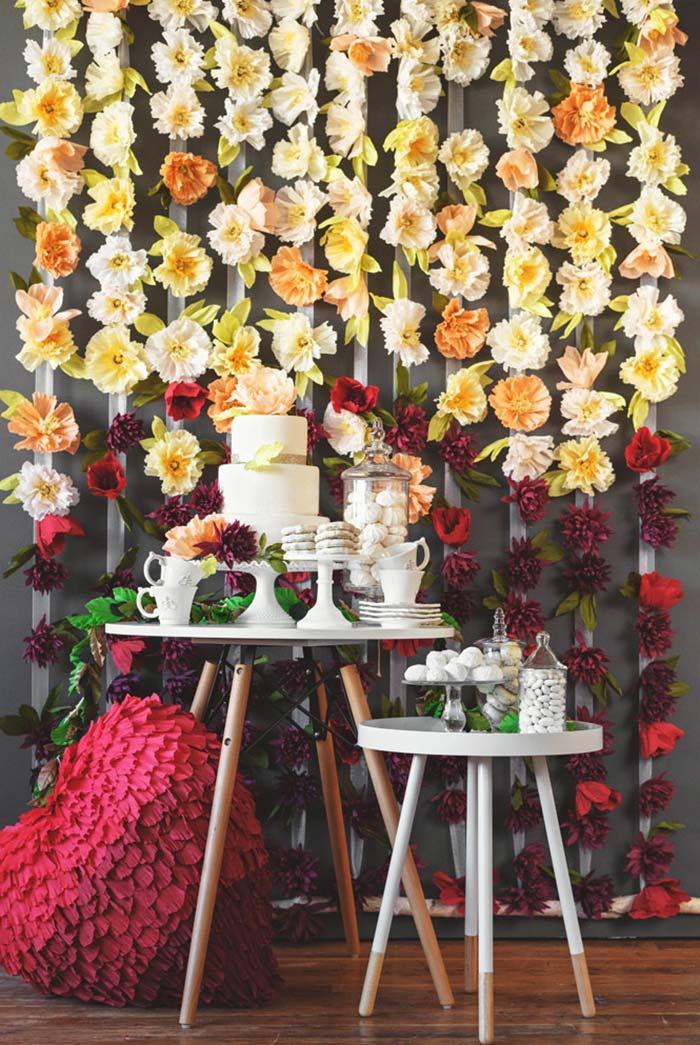 Mesa do bolo com um painel florido natural e super especial