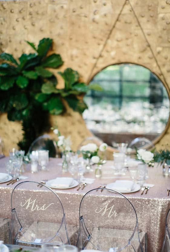 Um detalhe na cadeira de jantar dos noivos