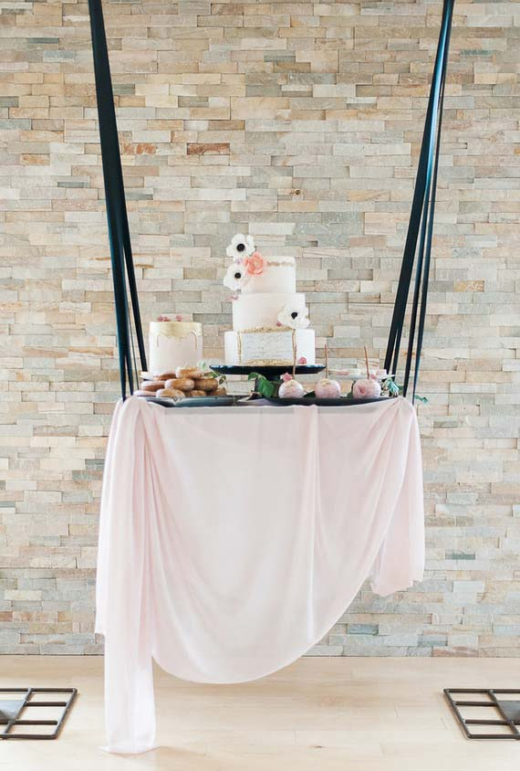 Mesa do bolo suspensa num estilo balanço com fitas