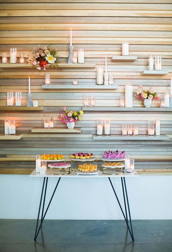 Utilize suas prateleiras para acomodar mais flores e velas