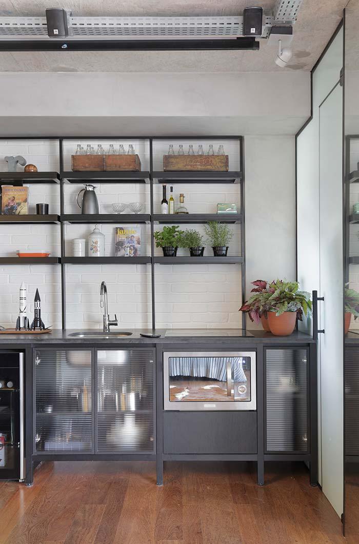 Nichos de metal decorando a cozinha
