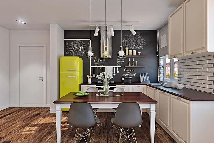Para uma cozinha jovial, invista em eletros de estilo retrô e de cores fortes