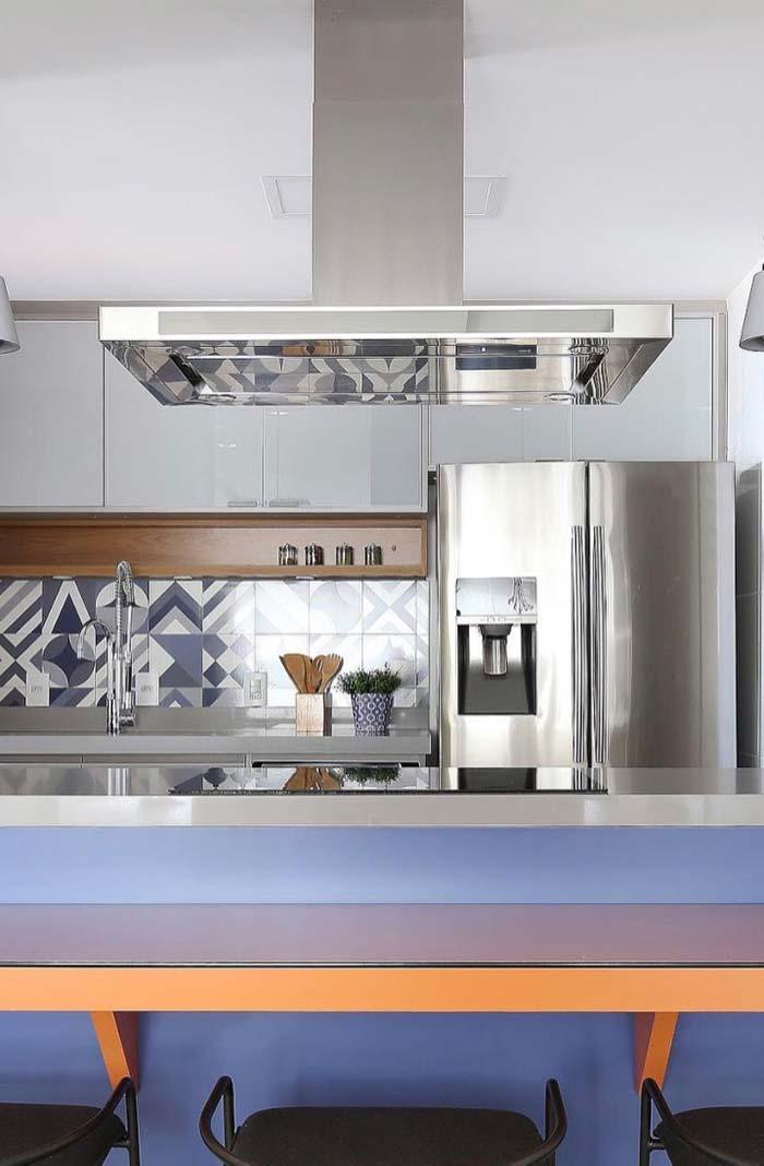 Cozinha moderna de inox com nicho de madeira