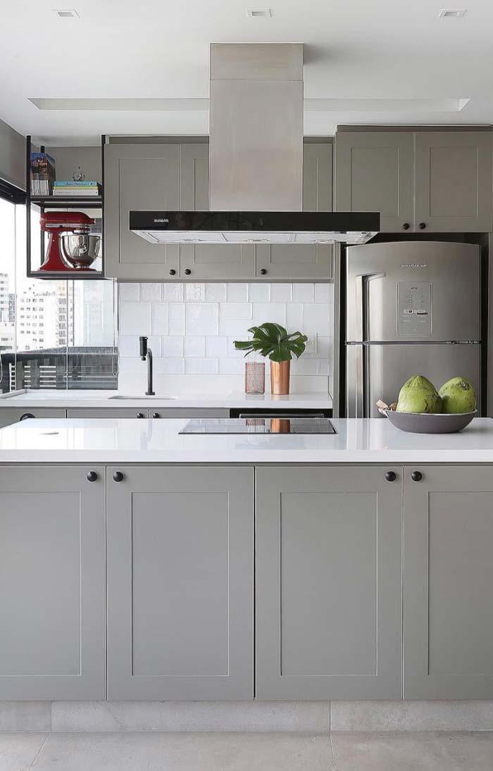Cozinha cinza decorada com alguns (poucos) elementos coloridos