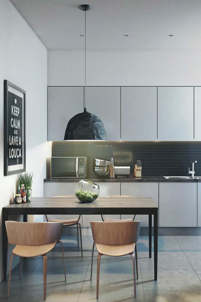 Nessa cozinha, o quadro ganha destaque pelo tamanho e pelo recado