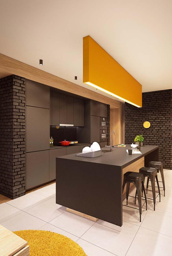 Para alegrar a cozinha preta, um toque de amarelo