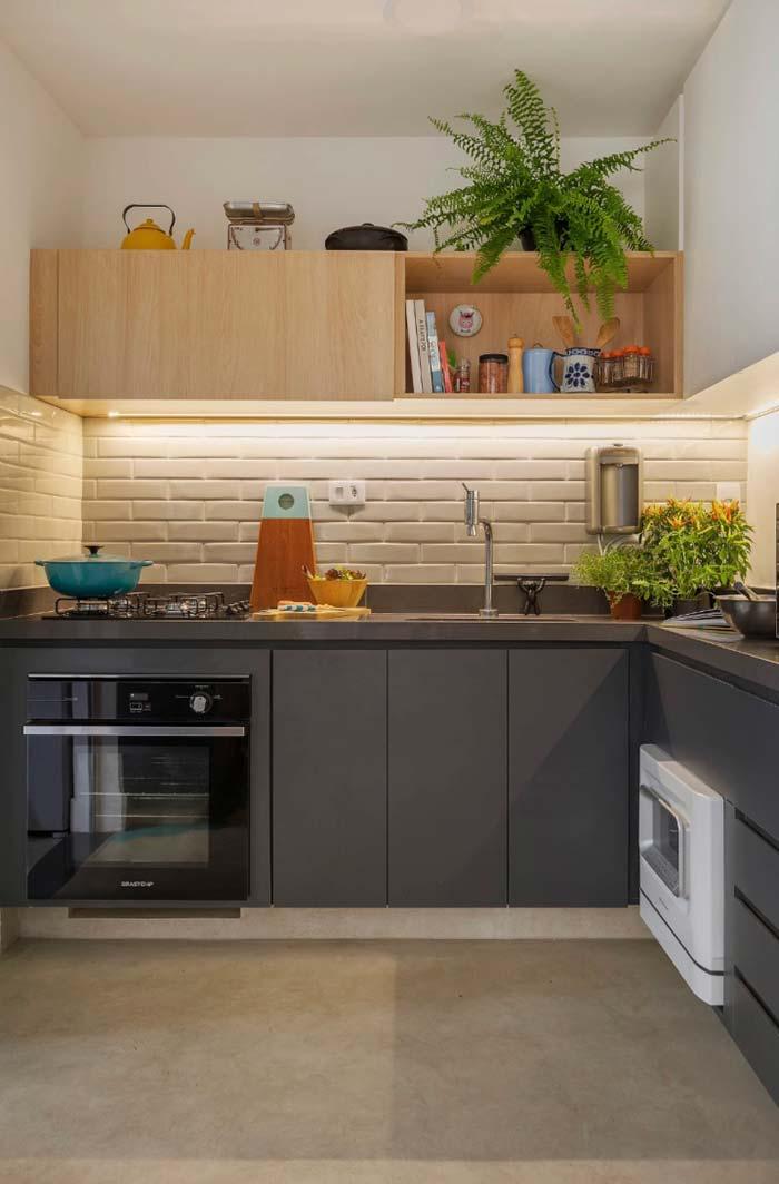 Cozinha decorada com vasos de samambaia