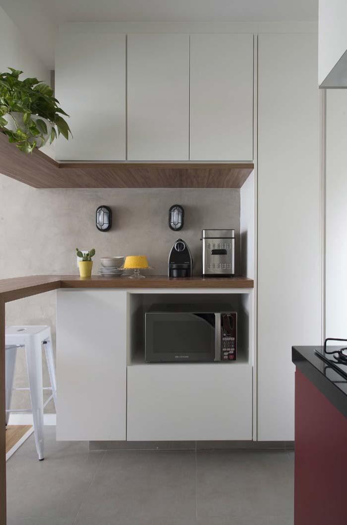 Cozinha decorada com microondas sobre o balcão