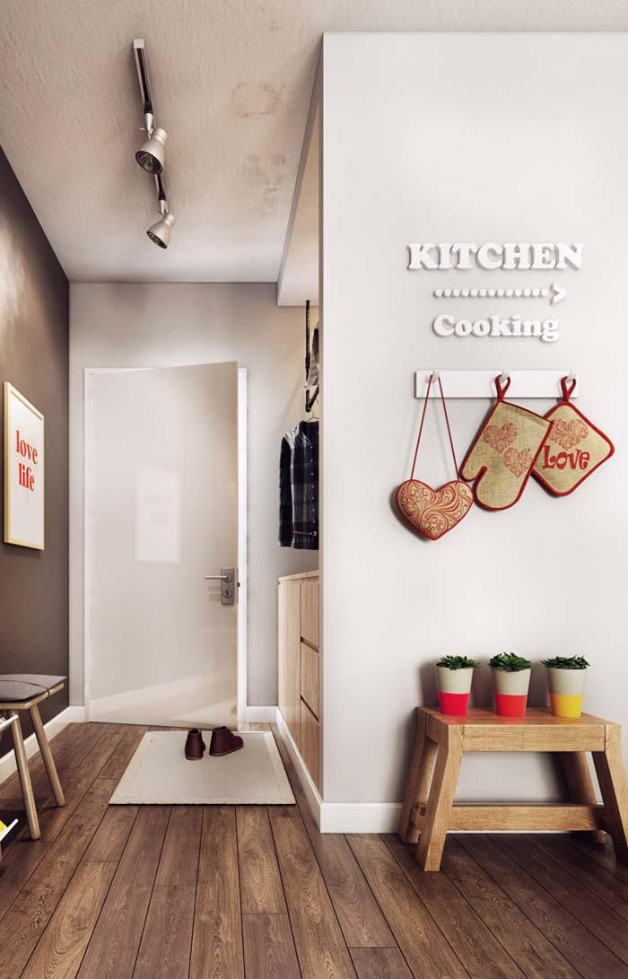 Setinha que indica o local da cozinha vem acompanhada de luvas de fornão