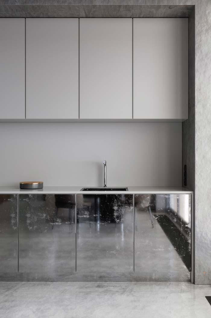 A cozinha clean ficou mais sofisticada com a porta espelhada do gabinete da pia