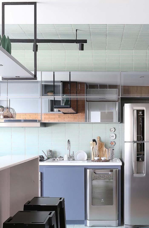 Armário espelhado reflete a decoração do lado oposto da cozinha