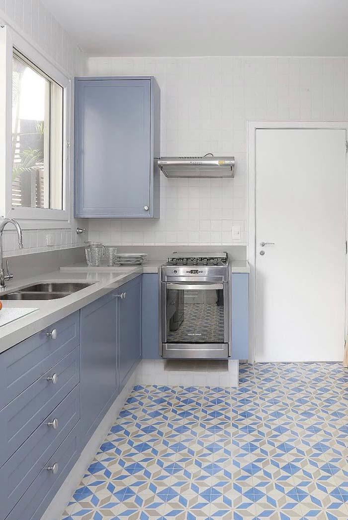 Cozinha decorada: piso retrô combina em cor e estilo com o armário
