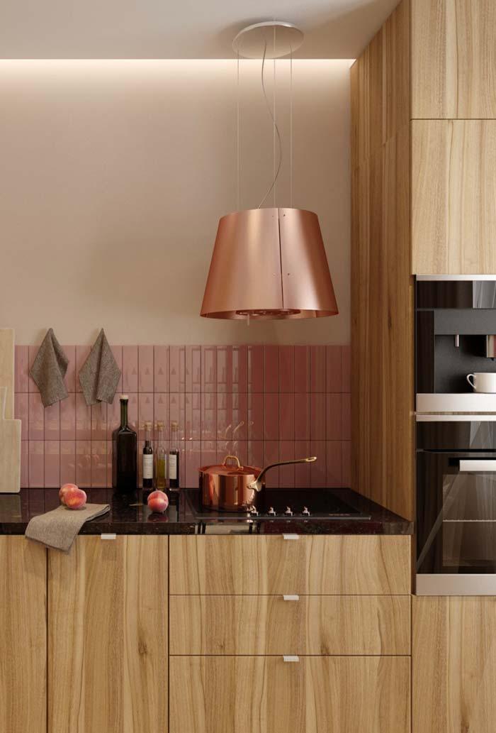 Tons de cobre do lustre e da panela deixam a cozinha ainda mais romântica