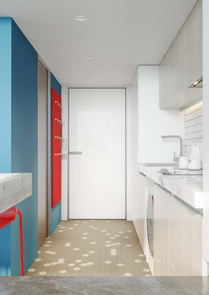 Cozinha decorada: complementares, azul e vermelho fazem uma combinação forte e marcante
