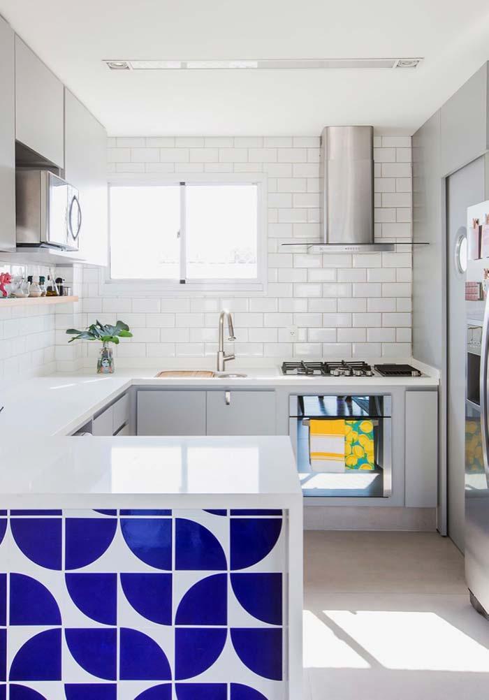 Cozinha decorada: revestimento azul do balcão contrasta com a decoração branca da cozinha