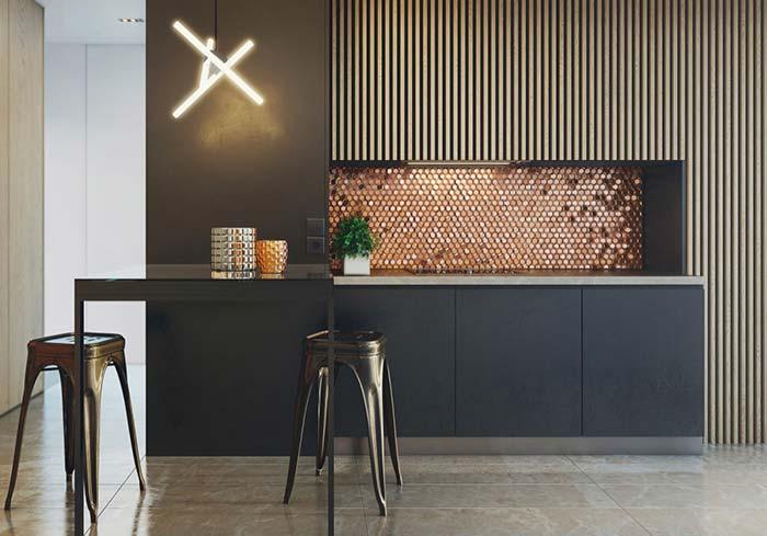 Brilho é a proposta para essa cozinha, ele está nas pastilhas, no letreiro, nos bancos e nos potes sobre a mesa