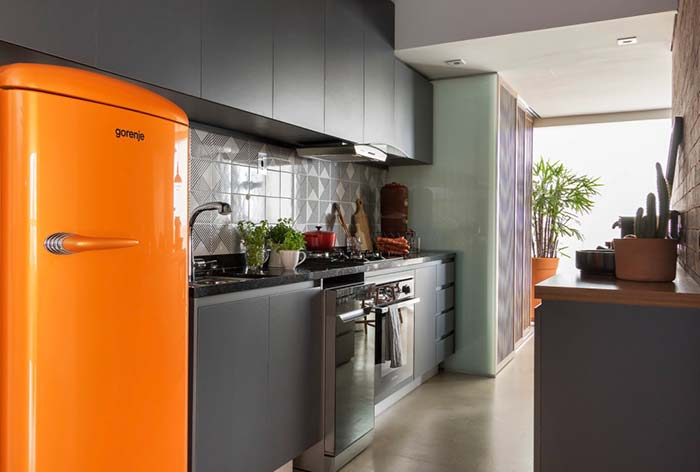 Cozinha decorada: geladeira laranja para dar vida a cozinha cinzenta
