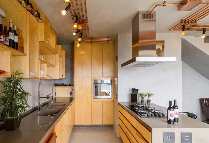 Cozinha decorada com nichos de tamanhos variados