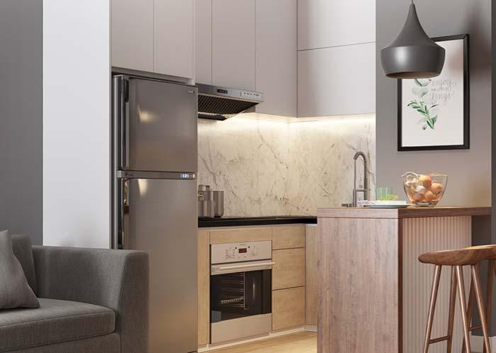 Tons de cinza decoram a cozinha e a sala