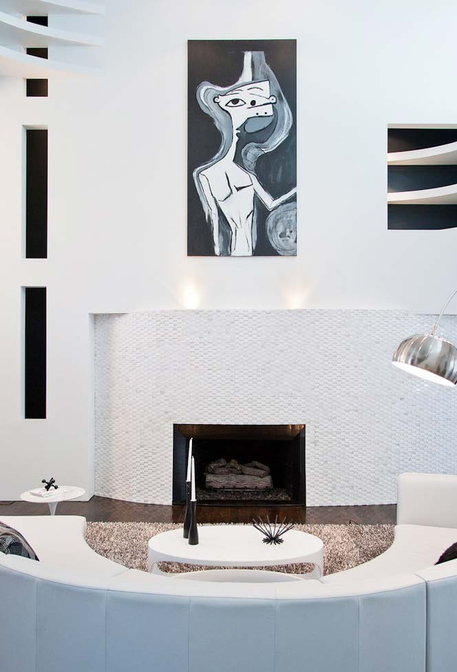 Sala de estar com lareira no centro coberta com pedrinhas