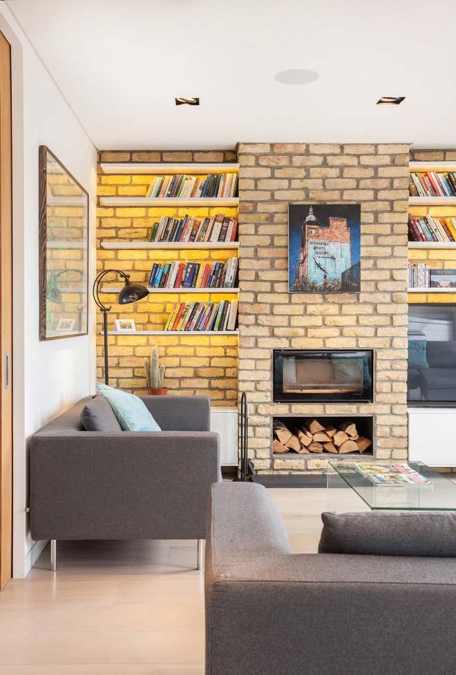 Sala com lareira rústica de tijolos aparentes