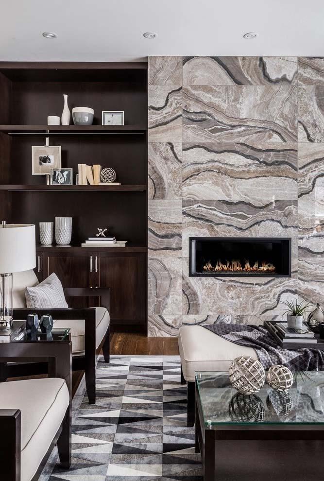 Ambiente com lareira em revestida com pedra natural