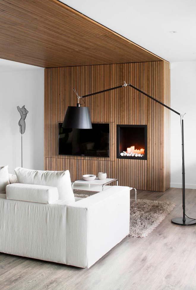 Sala de TV com lareira feita com velas