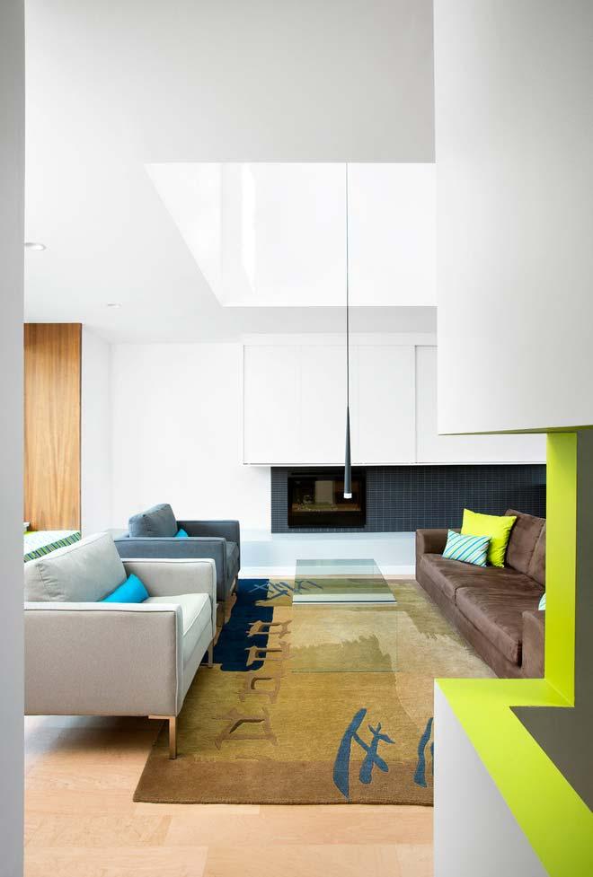 Sala de estar ampla e moderna com lareira