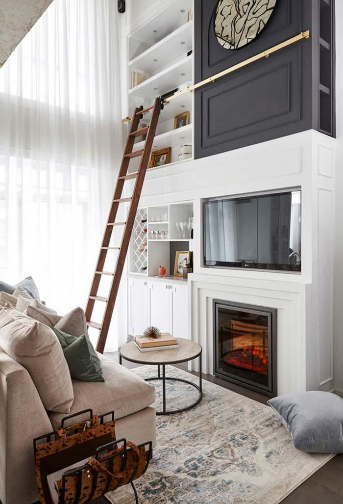 Sala com lareira em um espaço reduzido de TV e leitura