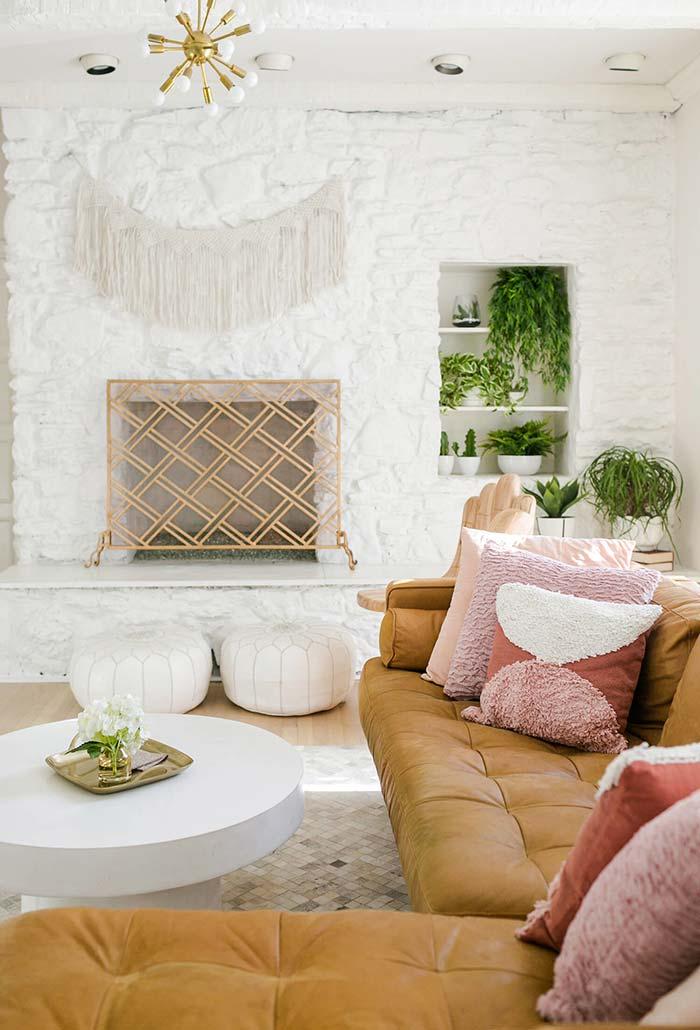 Sala com lareira na parede de pedra
