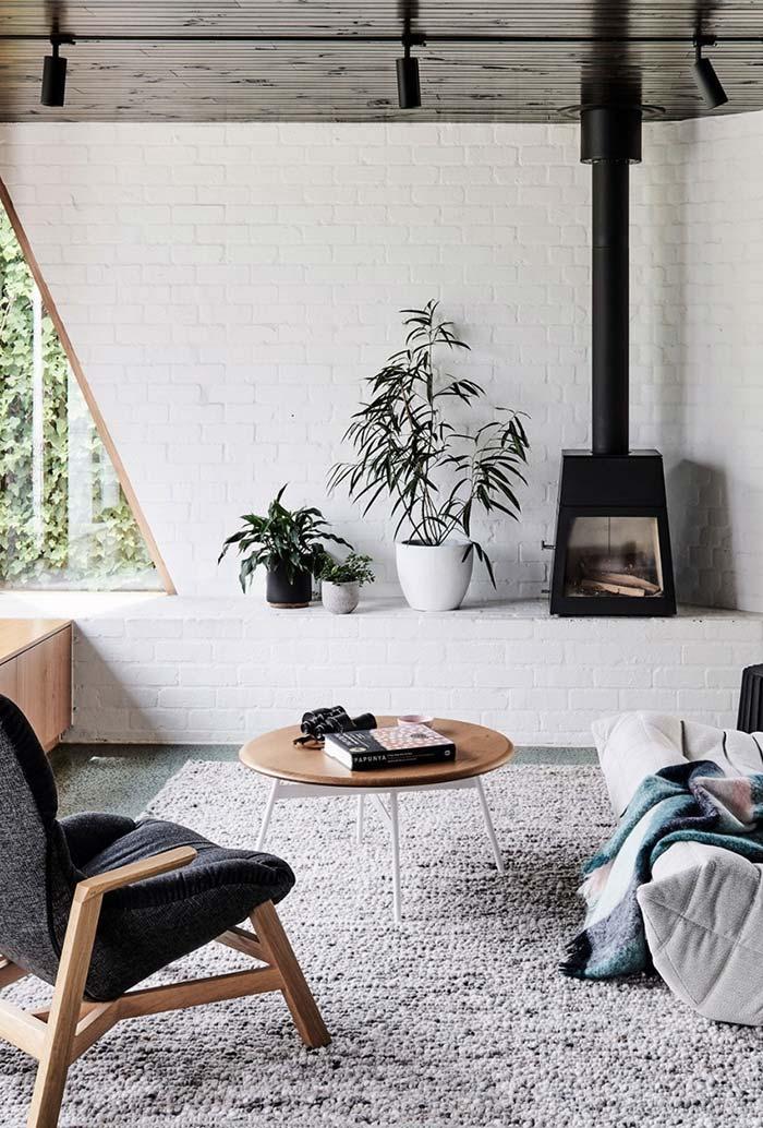 Sala de estar com lareira de ferro