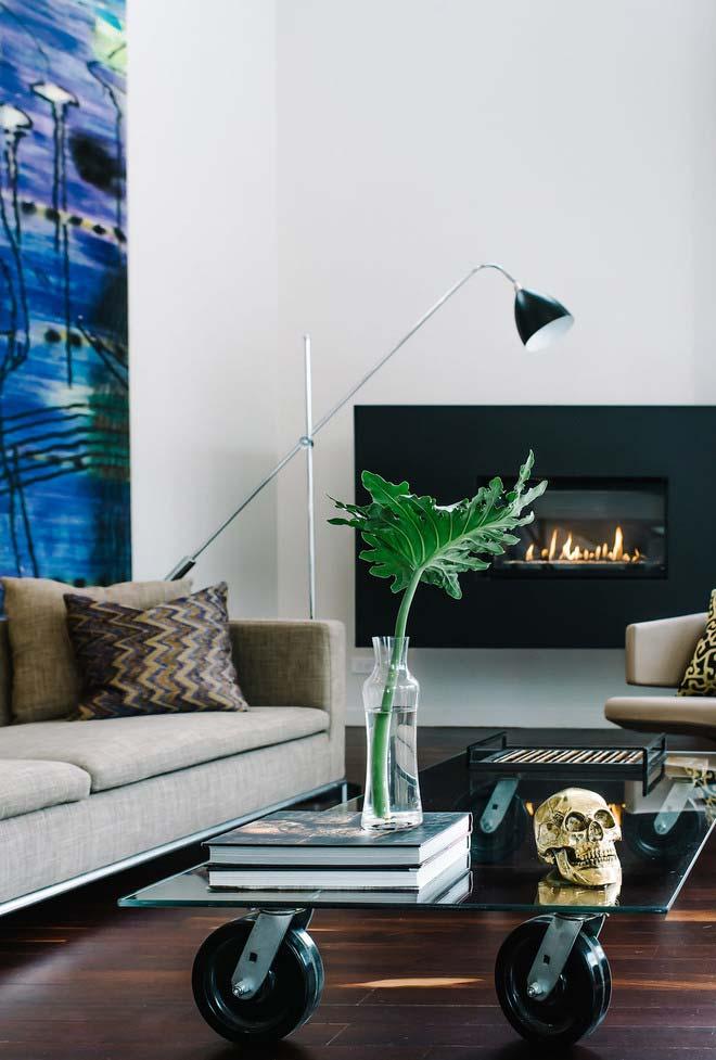 Ambiente contemporâneo e super estiloso de sala com lareira