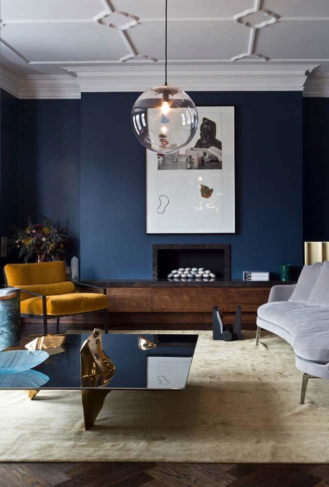 Sala com lareira em cores vibrantes
