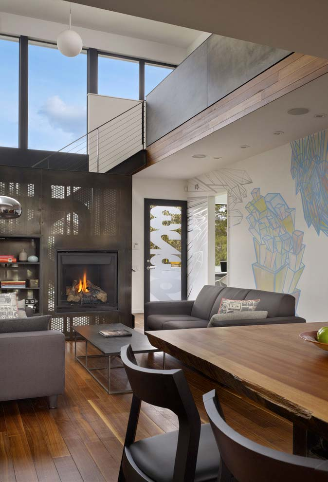 Sala com pé-direito duplo e uma lareira para aquecer os dias mais frios