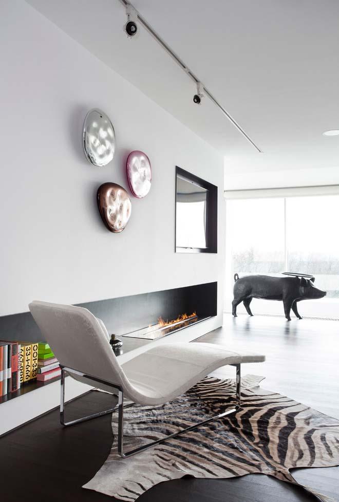 Sala ampla contemporânea com lareira ecológica