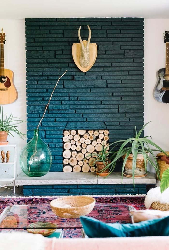 Lareira embutida na parede coberta por lenha