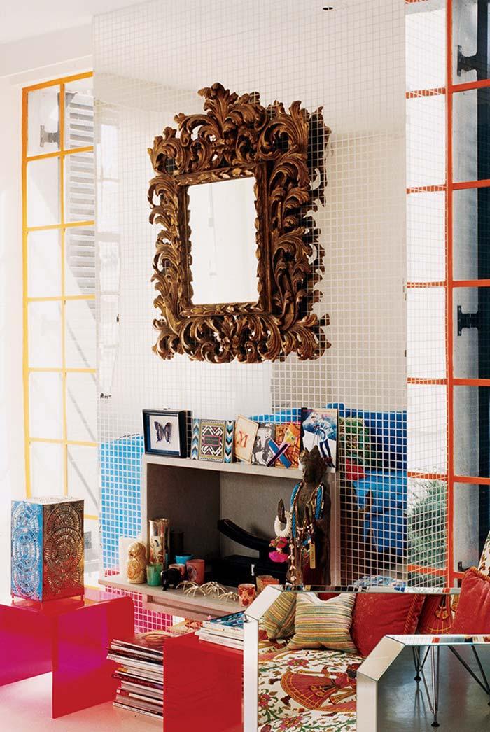 Sala com lareira num estilo fashion kitsch