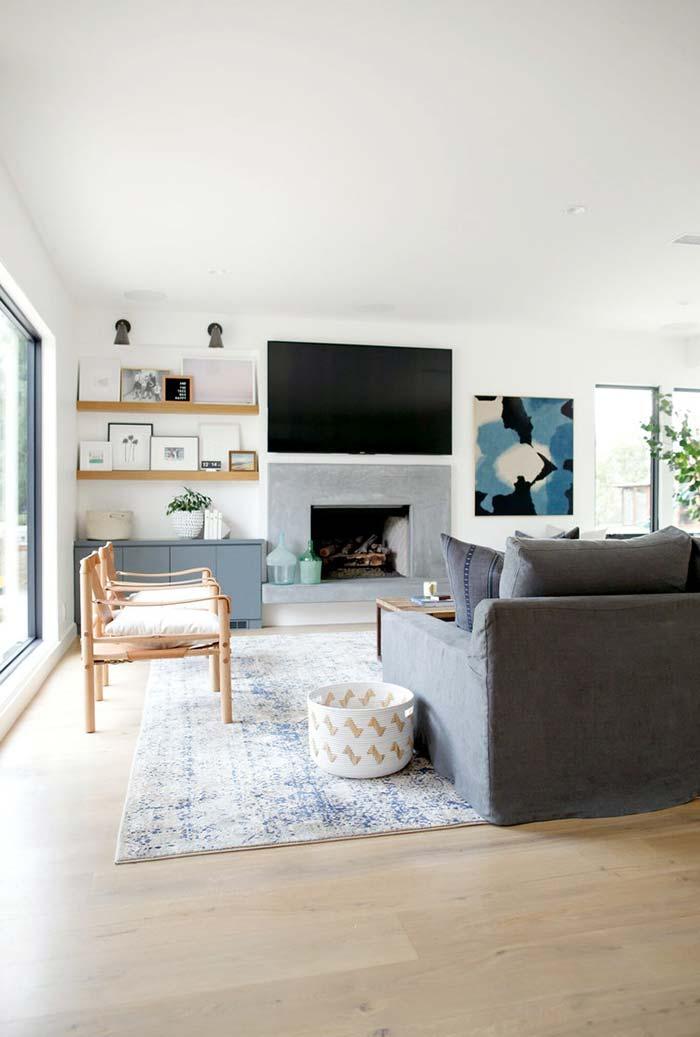 Sala ampla de estar com lareira de pedra
