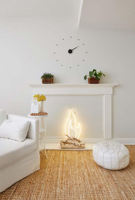 Sala com lareira simbólica