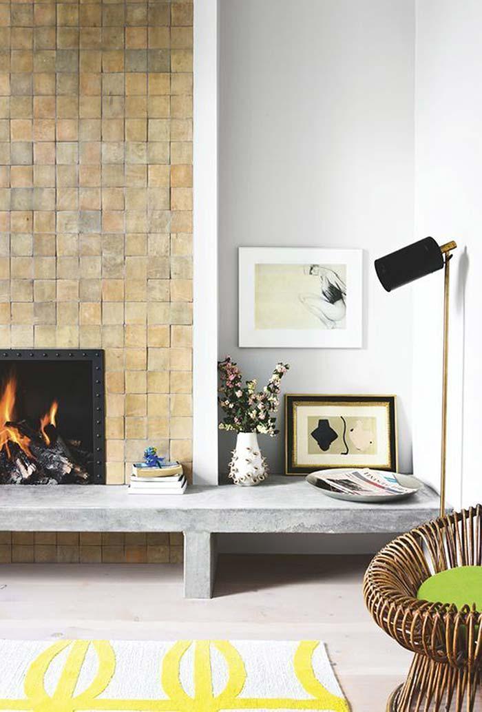 Sala com lareira com um banco de concreto