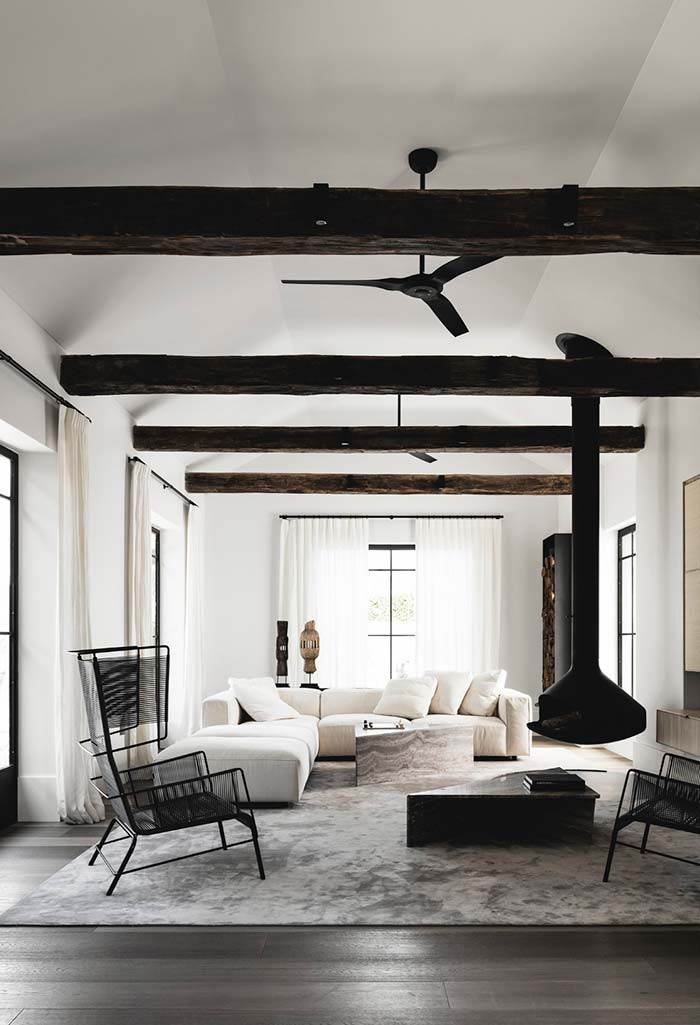 Sala com lareira no estilo escandinavo
