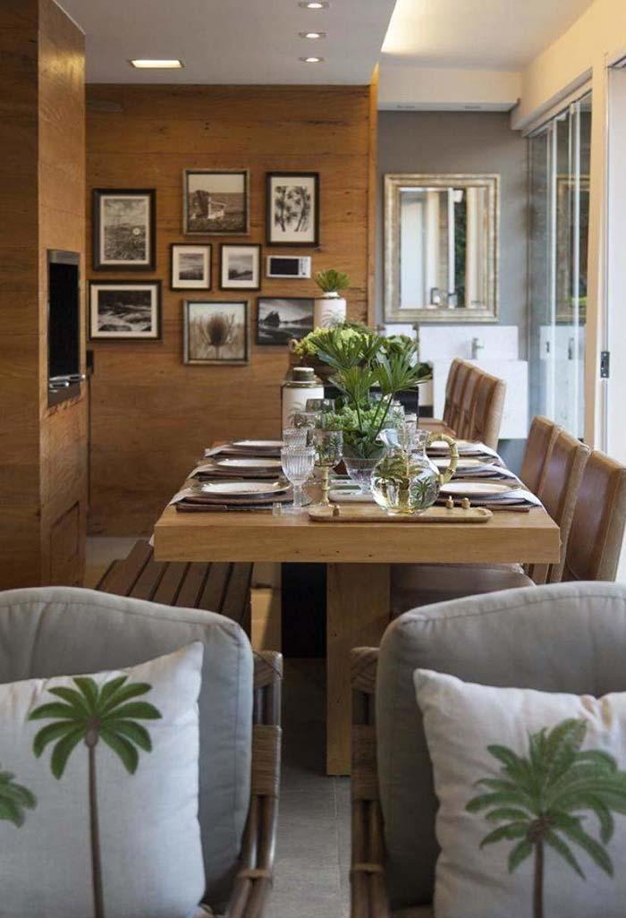 Mesa posta dentro de casa para quem não tem um espaço externo para uma refeição ao ar livre