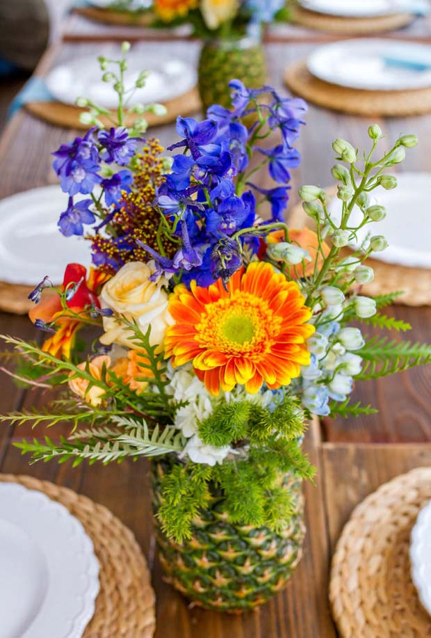 Arranjo de flores em vaso de abacaxi