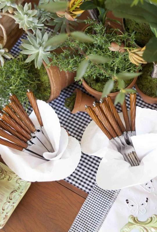 Mais vasinhos de plantas na decoração do centro da mesa de buffet