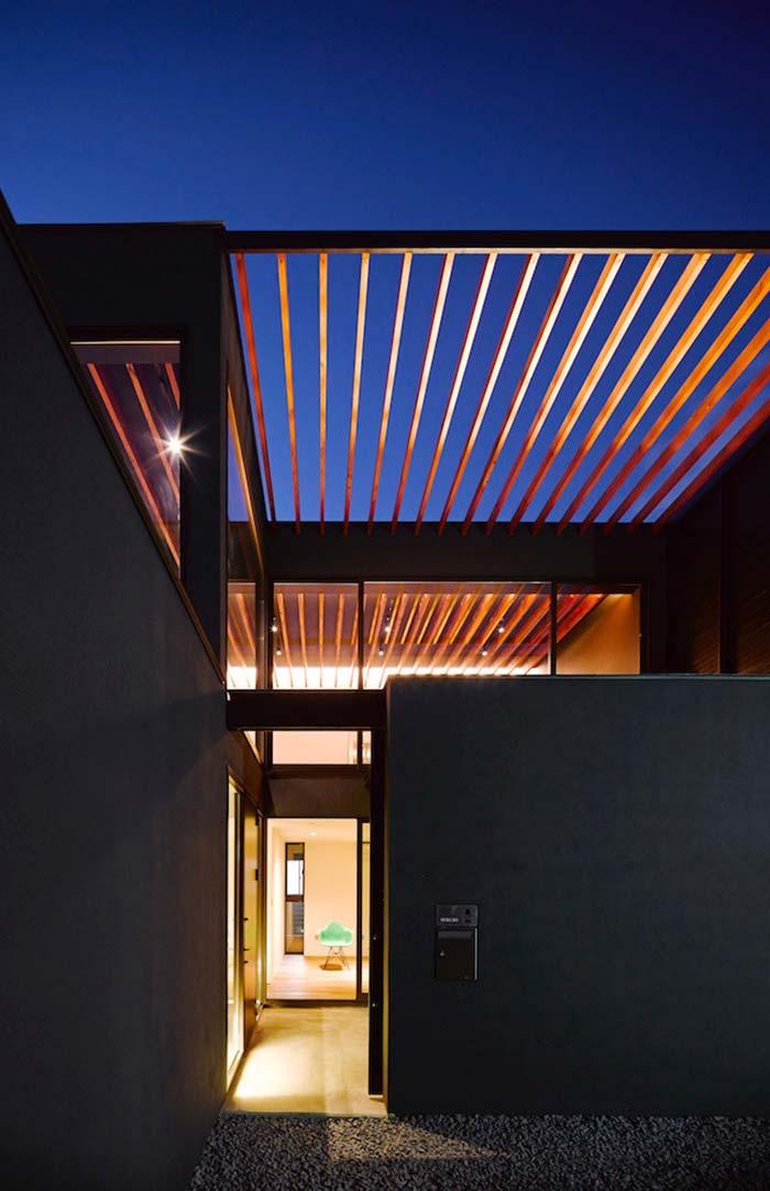 Fachada da casa com pergolado de madeira
