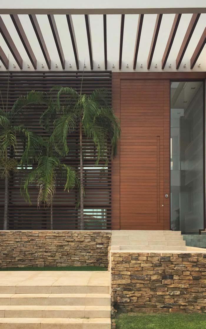 Pergolado de madeira na entrada da casa